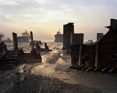 Edward Burtynsky Shipbreaking #13, Chittagong, Bangladesh 2000
