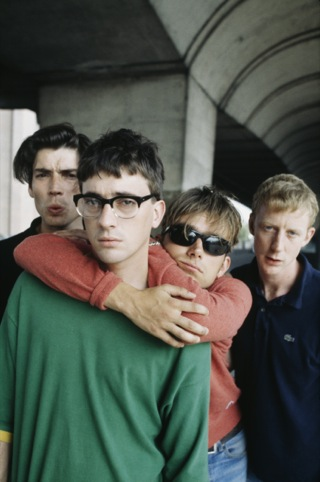 Alternative shot from an NME show, taken in Hammersmith on 22 August 1995, by Kevin Cummins?