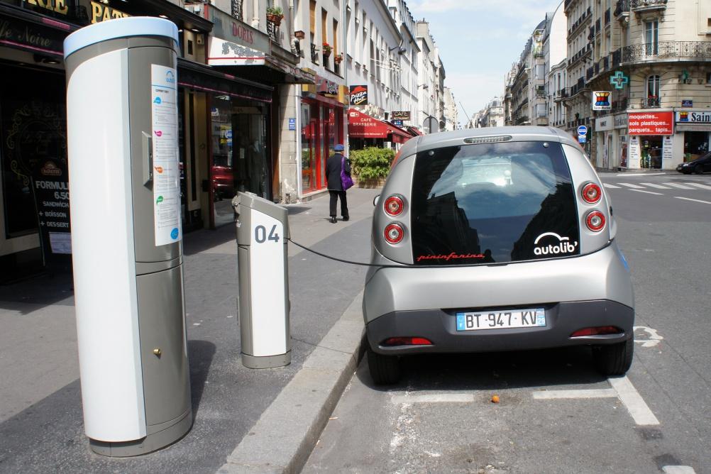 Bluecar charging in Paris. Image by flickr user mariordo59