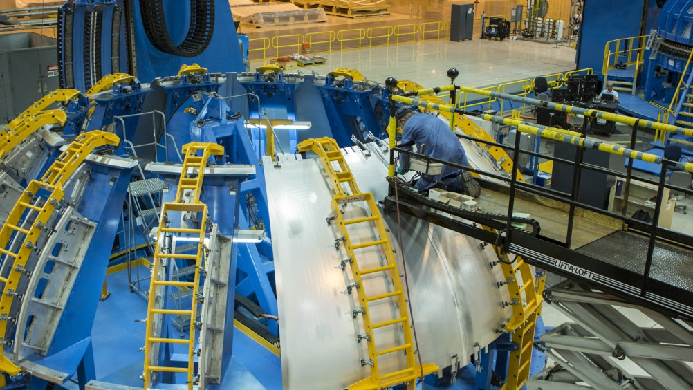 """Construction """"fuelling"""" Up for SLS Core Stage Hydrogen Tank"""