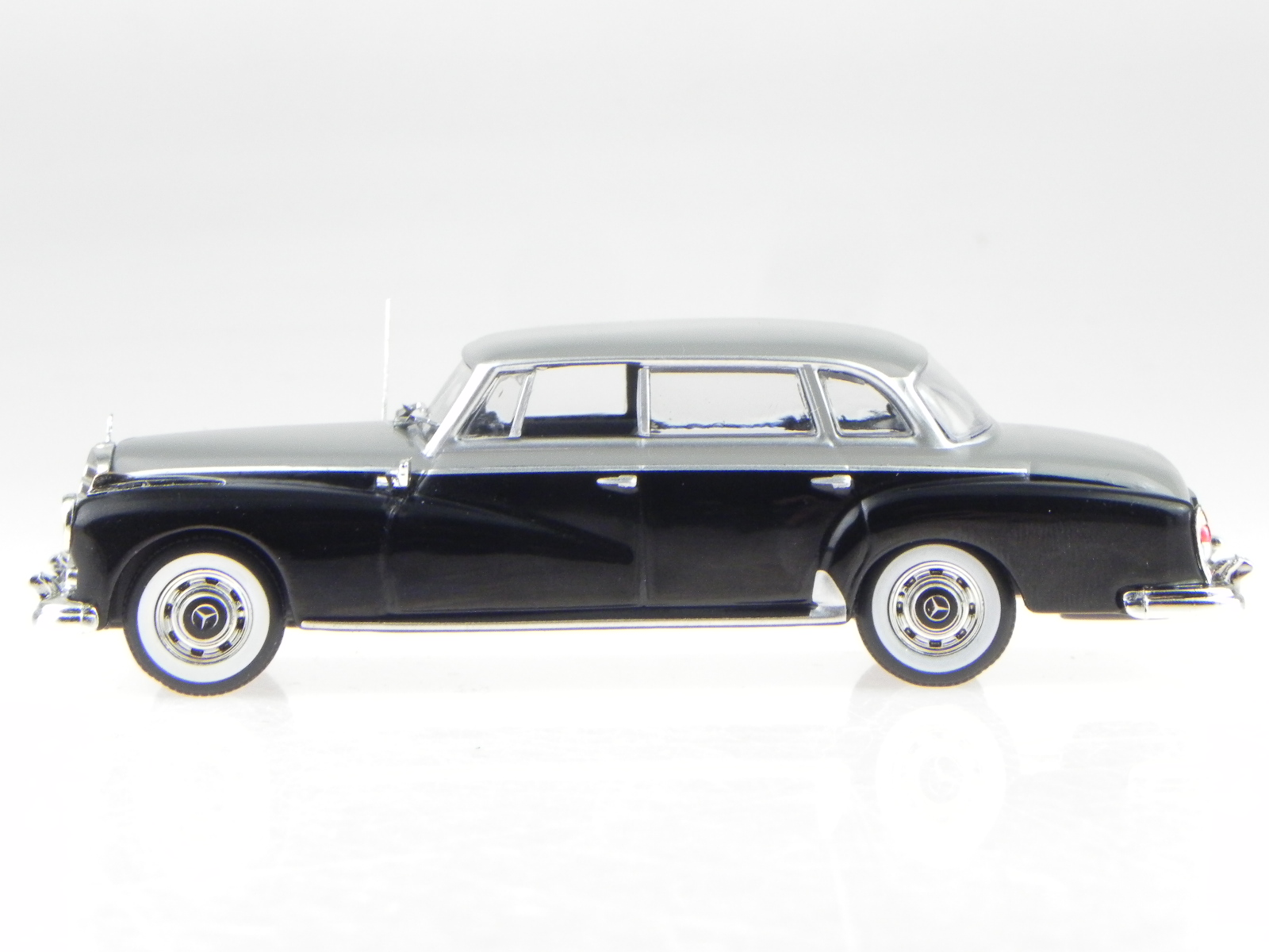 Mercedes W189 300d 1957 schwarz grau Modellauto WB186 Whitebox 1:43