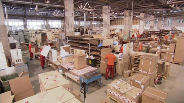Pracownik w fabryce mebli