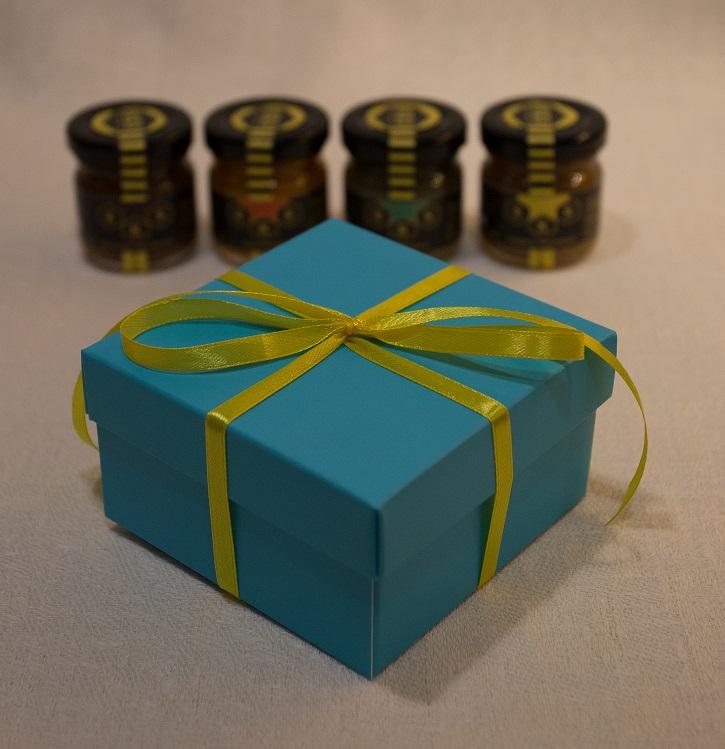 Zestaw mini miodowych deserów w kolorowym pudełku