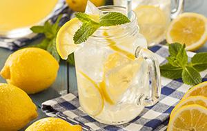 Homemade Lemonade met citroen en munt