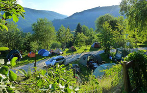 Camping Dachstein ligt in de bergen