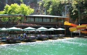 Dimcay: eten op of in het koele bergwater van de rivier