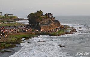 Op het water: Tanah Lot