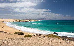 Tussen de metershoge duinen bij Corralejo op Fuerteventura