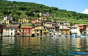 Sarnico: gekleurde huisjes in middeleeuwse bouwstijl