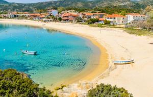 3. Kalamitsi, een traditioneel bergdorp met een prachtig strand