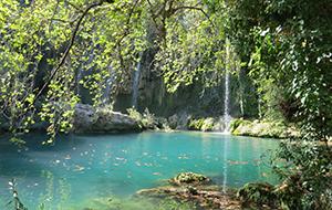De helderblauwe Kursunlu-waterval