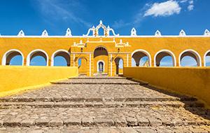 4. Bezoek het gele klooster van Izamal