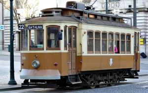 In Porto met de antieke tram naar het strand
