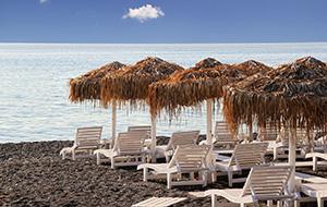 Het zwarte Kamari Beach