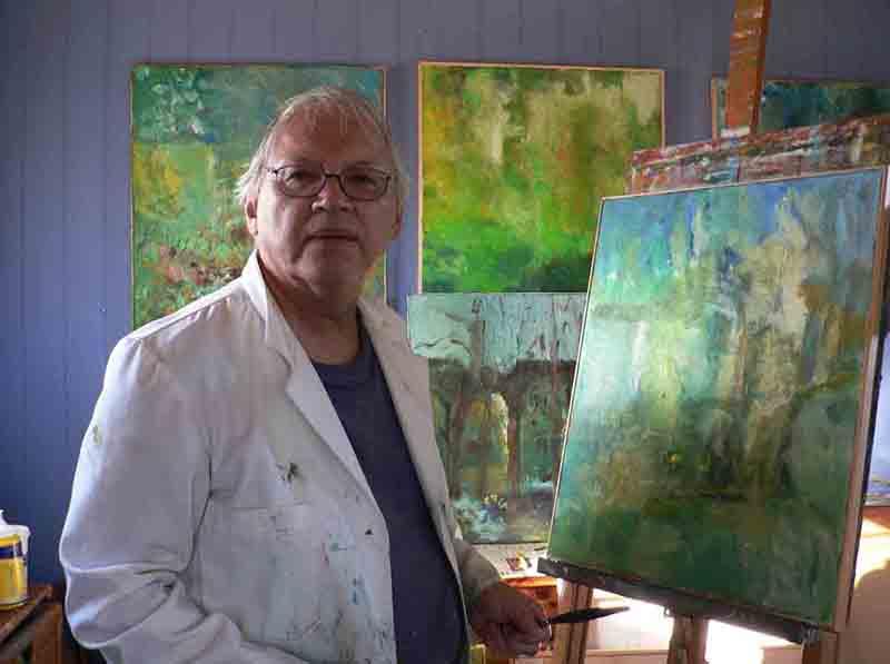 Kristian Olsen aaju foran sit staffeli i atelieret i sommerhuset ved Sejerøbugten
