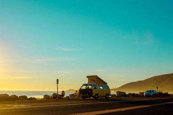 combi Volkswagen et coucher de soleil au bord de la mer en France