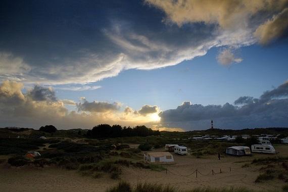 Campingplatz am Meer mit Wohnwagen