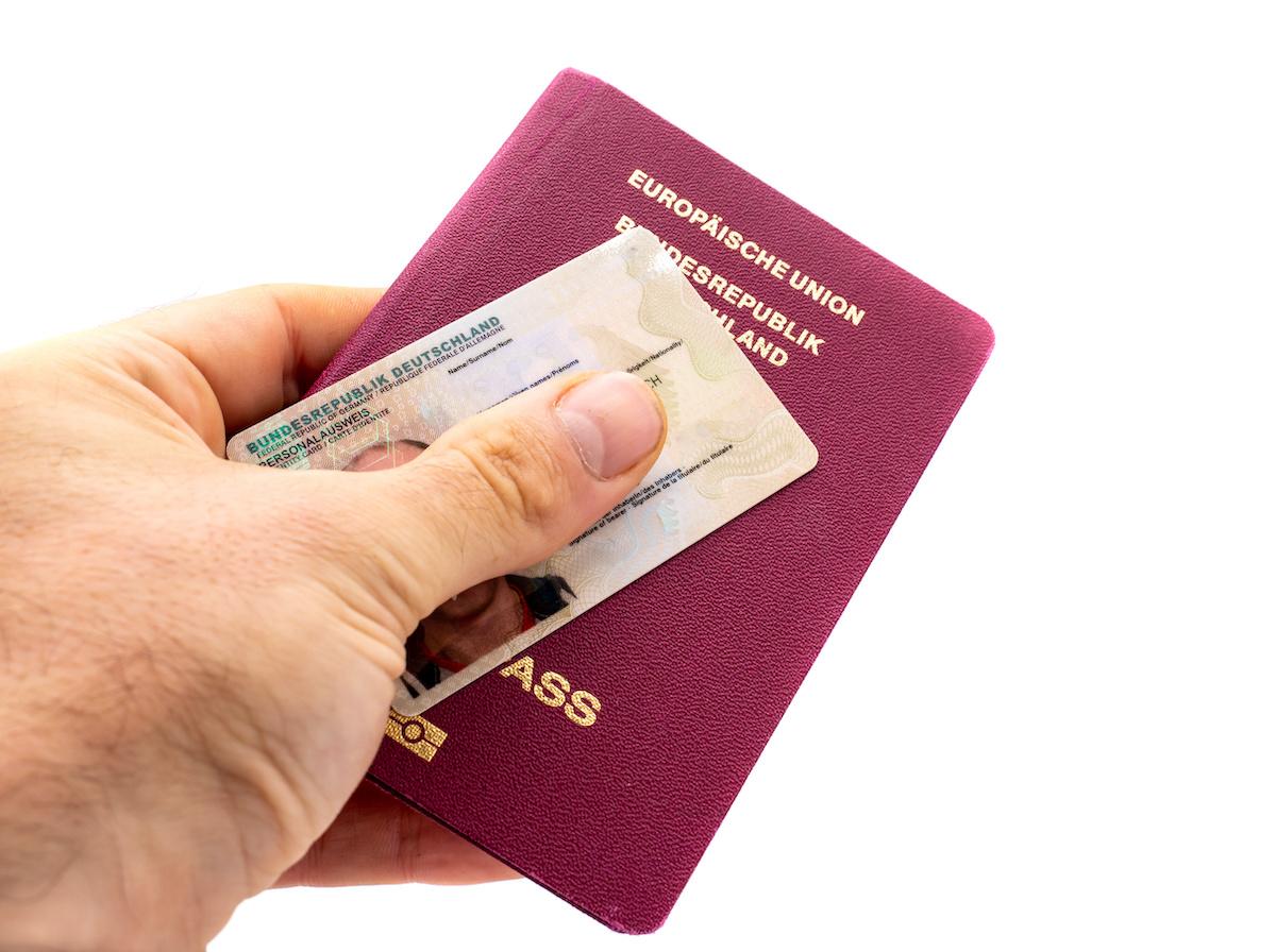 Personalausweis und Reisepass im Ausland beantragen