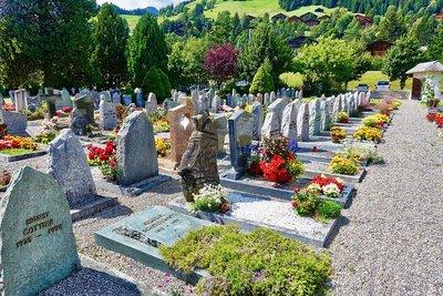cimetière fleuri avec de nombreuses fleurs sur les tombes