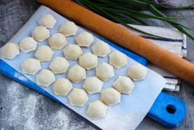 Рецепт сибирских пельменей — с начинкой из смешанного фарша (из свинины и говядины в пропорции 50:50) и репчатого лука. - фото приготовления рецепта шаг 10
