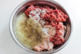 Рецепт сибирских пельменей — с начинкой из смешанного фарша (из свинины и говядины в пропорции 50:50) и репчатого лука. - фото приготовления рецепта шаг 7