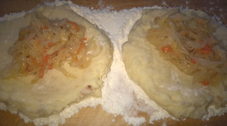 Картофельники (зразы) с квашеной капустой (по бабушкиному рецепту) - фото приготовления рецепта шаг 7