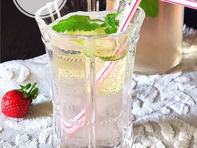 Клубнично-лаймовый лимонад