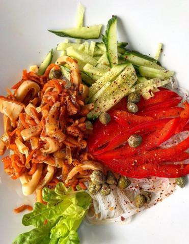 Фунчоза с овощами и маринованными кальмарами