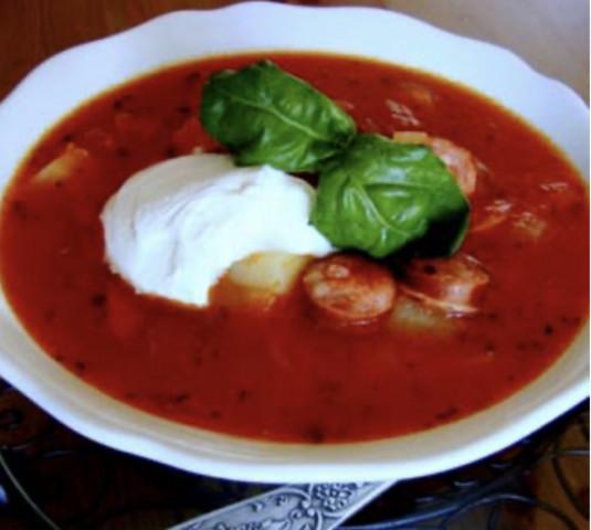 Густой томатный суп с копчеными колбасками