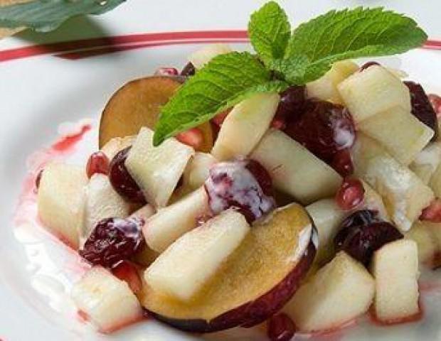 Салат из яблок со сливами