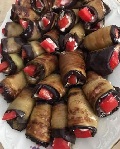 Рулетики из баклажанов с чесноком и помидорами