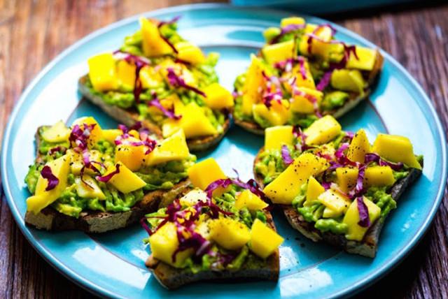 Сладкий тост с авокадо и манго