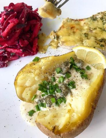 Филе с запеченным картофелем и салатом из свеклы и кальмаров