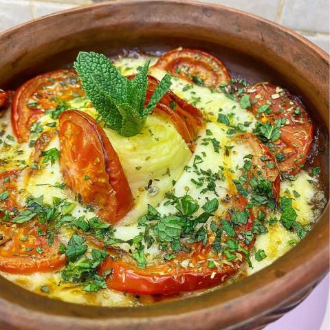 Сулугуни запечённый с помидорами и пюре