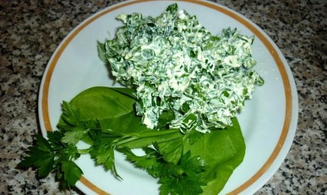 Салат из зеленого салата с творогом и зеленью