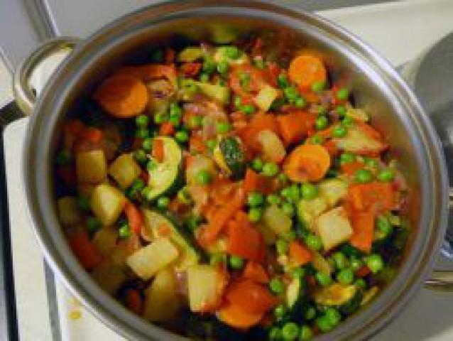 Овощное рагу с фасолью и зеленым горошком