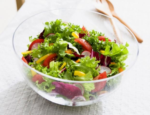 Салат из зеленого салата с зеленью и овощами
