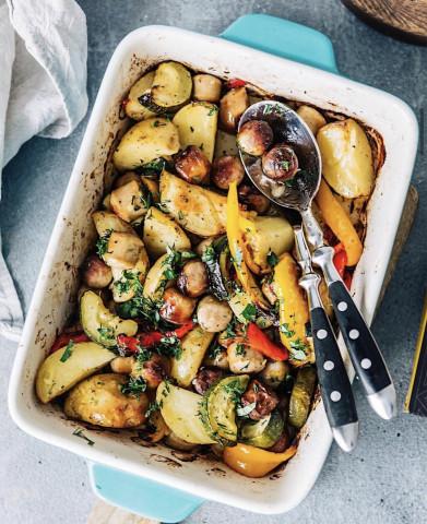 Картофель с овощами и колбасками