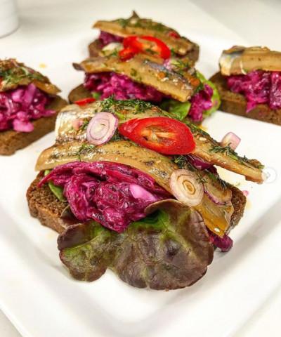 Салака в заливке на Бородинском хлебе