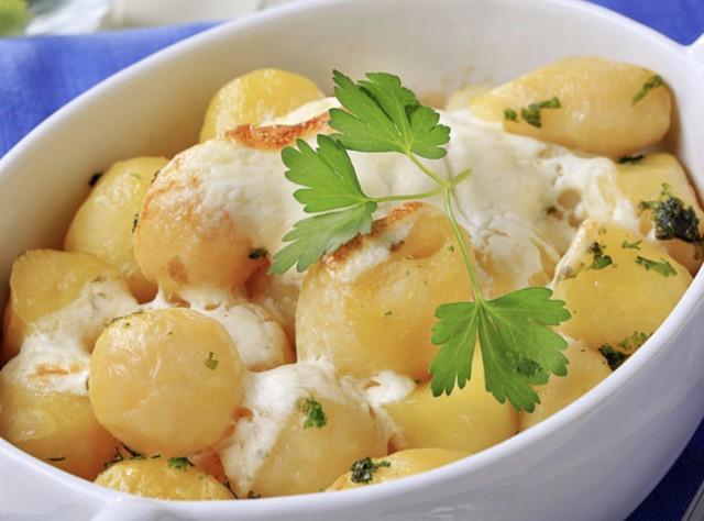 Картофель, тушенный со свекольной ботвой в сметане