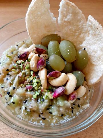 Фруктовый салат-пюре с орешками и семенами