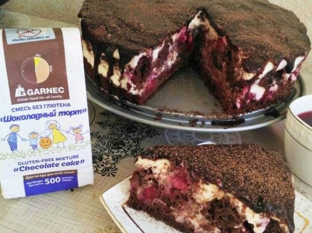 Шоколадный торт с вишней и сметанным кремом без глютена