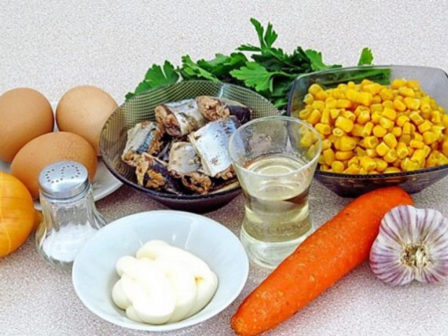 Салат с сайрой🐟, кукурузой и свежим огурчиком )