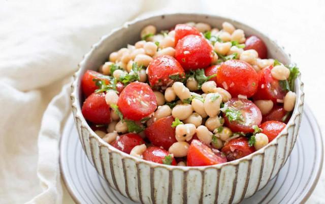 Салат из фасоли с грушами и помидорами