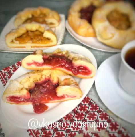 Открытые булочки со сливами и абрикосами