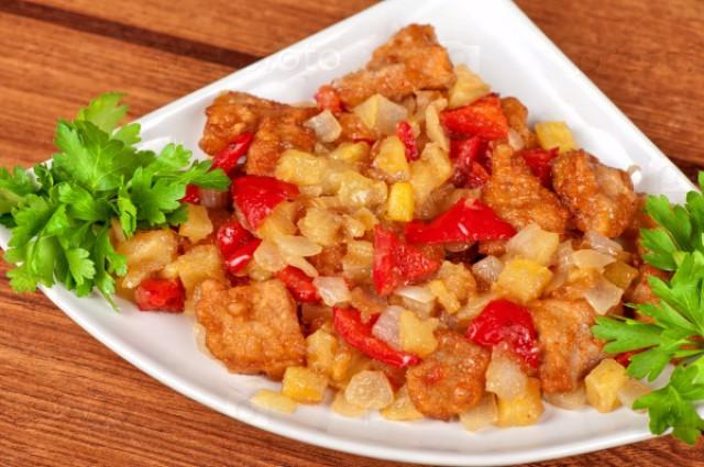 Картофель, тушенный с луком и помидорами