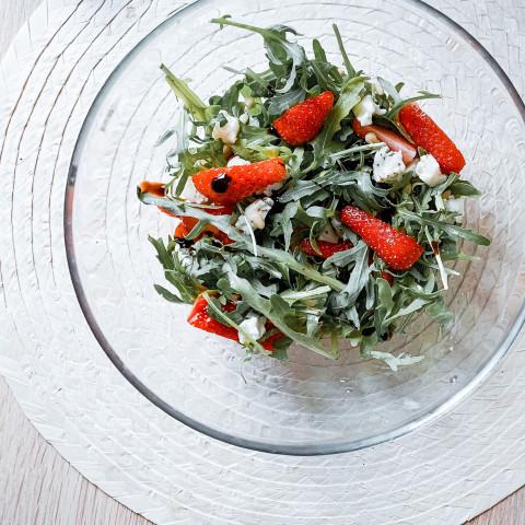 Салат с клубникой