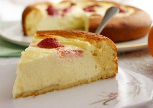 Пирог-ватрушка из полуслоеного дрожжевого теста со свежими вишнями или свежей черникой со сметаной