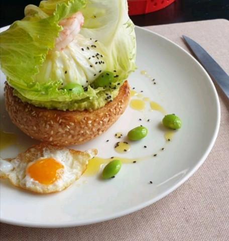 Авокадо тост с яйцом пашот, креветками и эдамаме