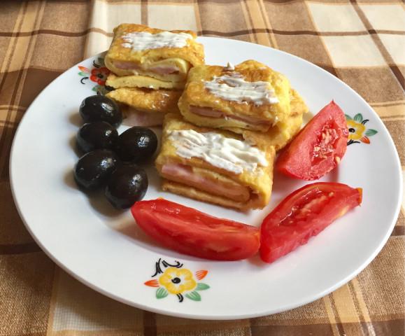 Рулет из яичницы; сытный завтрак